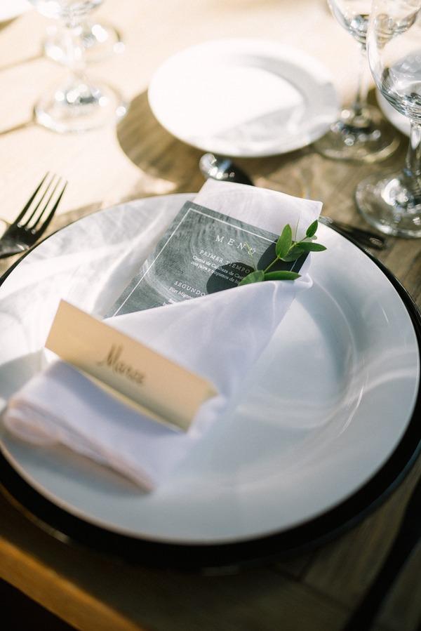 Plato en mesa de celebración de boda